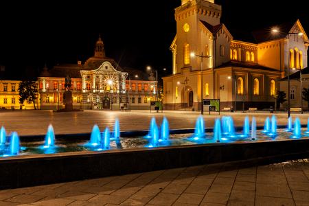 Nachtmening van het stadsvierkant in Zrenjanin, Servië. Centrum van de stad Zrenjanin