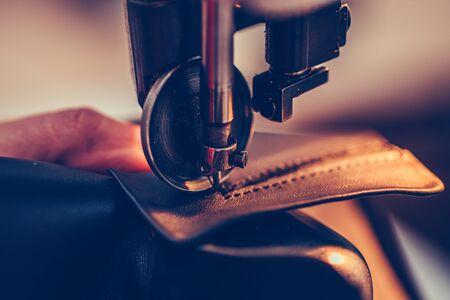 Kobiece ręce szewca zszywające część buta w ręcznie robionym przemyśle obuwniczym
