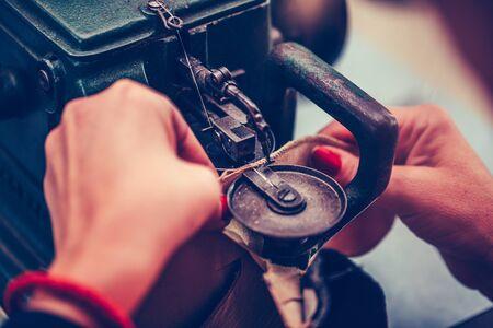 Der Prozess des Nähens von Schuhen an einer Nähmaschine. Schuhproduktion.