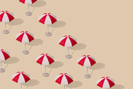 Creative idea, a pattern of colorful sun umbrellas on a light colored background. Minimal summer vacation concept for advertising, marketing or artwork design. Copy space Standard-Bild