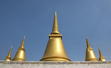 dhamma: cinque pagoda dorata in provincia buddista in Thailandia