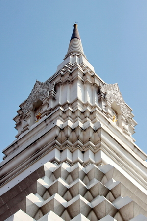 dhamma: pagoda bianca sullo sfondo del cielo Archivio Fotografico