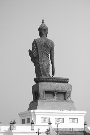 dhamma: grande statua in bianco e nero buddha in provincia buddista in Thailandia