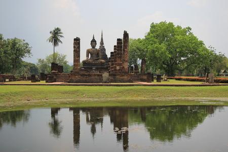 reflect: Big buddhist statue on water reflect