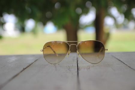 soft focus: enfoque suave en las gafas de sol de fondo Foto de archivo