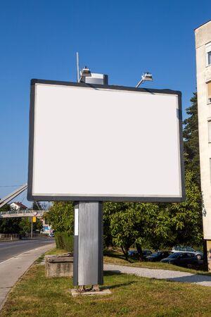 Modello di tabellone per le affissioni in bianco per la pubblicità, sfondo della strada della città