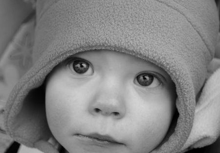 たたりをプルする目で赤ちゃんの写真をクローズ アップ黒と白。 写真素材
