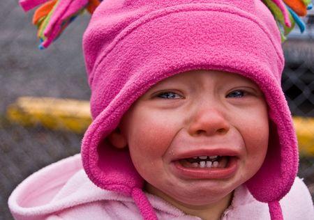Foto de detalle de una chica de ni�o vestido de Rosa llanto grandes l�grimas tristes que se derriten del cualquiera coraz�n.