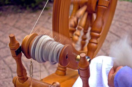 Este es un primer de un torno de hilar en movimiento de la mano hecha de hilados de lana de alpaca.