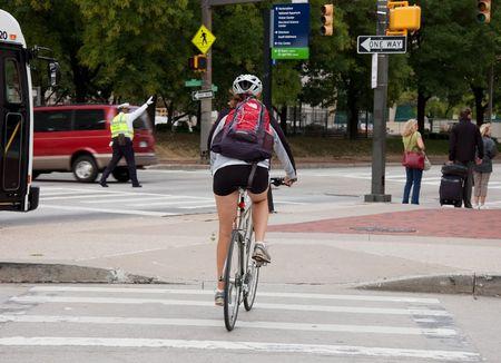 BALTIMORE, MD - el 9 de septiembre de 2009: - una mujer no identificada una bicicleta es desplazamientos para ahorrar gas para en su viaje. Foto tomada el 9 de septiembre de 2009, en Baltimore, MD.  Editorial