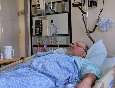 Esta imagen es que una edad media barba a hombre cauc�sico que est� en el hospital
