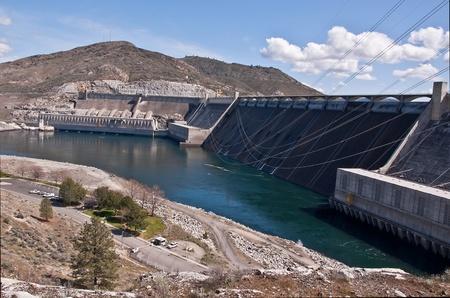 Se trata de un paisaje de la presa Grand Coulee en el estado de Washington, una de las mayores fuentes de energ�a hidroel�ctrica de energ�a el�ctrica en el r�o Columbia. Situado en el condado de Douglas, el �rea es �rido y seco durante el d�a con cielos azules.