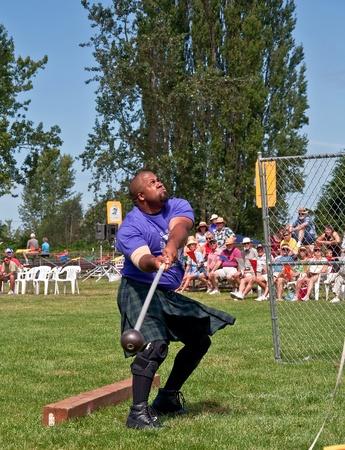 MOUNT VERNON, WA - 09 de julio: el hombre no identificado compiti� en los Juegos de las Highlands escocesas durante el lanzamiento de martillo juego para que la cultura escocesa a la comunidad. Este evento se llev� a cabo el 9 de julio de 2010 en Mount Vernon, Washington