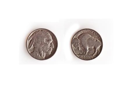 Esta imagen es una moneda de los EE.UU., alrededor del a�o 1920 (1928) cabezas y las colas de un indio de cabeza, el b�falo de n�quel plata, aislado en un fondo blanco. Esta cosecha americana de la moneda es un objeto de colecci�n para muchos.