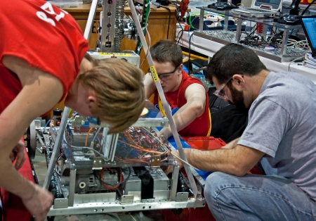 SEATTLE, WA - 17 de marzo: los adolescentes no identificados compiti� en un concurso de �mbito estatal para la ciencia y la competencia la tecnolog�a rob�tica. Celebrada el 17 de marzo de 2011 en Seattle, WA. Editorial