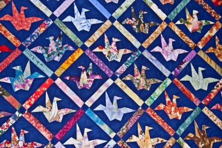 これは鳥の形色の折り紙とネイビー ブルーの基本キルト パターンです。