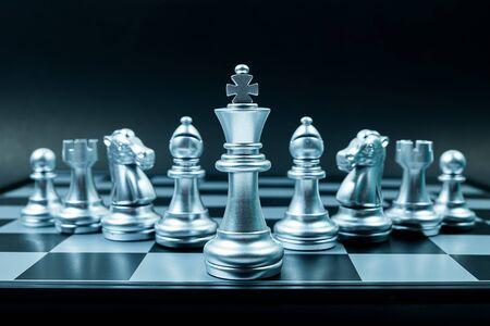 Rangée d'équipe d'échecs en argent à bord , fond noir