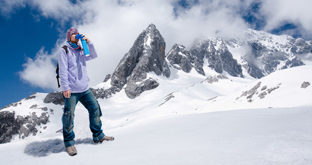 登山家ミニ携帯用酸素 cylinger と呼吸を回避し高山病 synptom