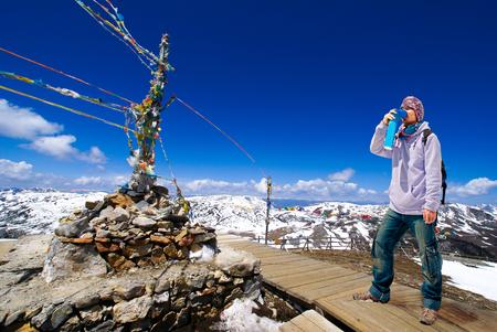 登山家ミニ携帯用酸素ボンベで呼吸を回避し、高の高山病症状を治療するには
