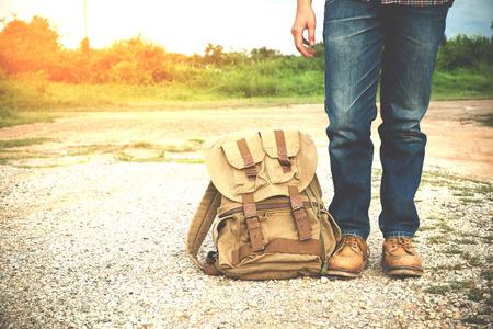 젊은 남자 여행자 배낭 여행 개념