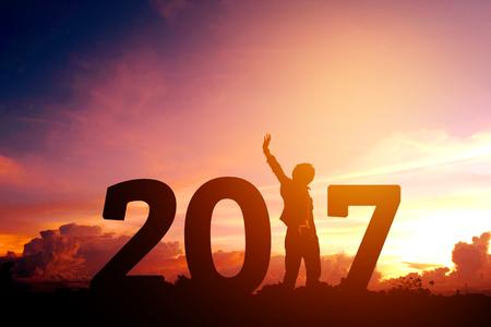 Silhouette junger Mann glücklich für 2017 neue Jahr Standard-Bild