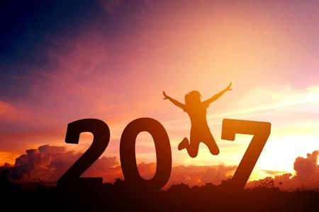 2017 새해 점프 실루엣 젊은 여자 스톡 콘텐츠
