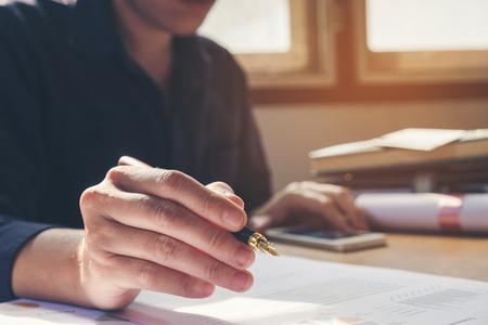 남성 손 펜으로 노트북에서 집에서 작성