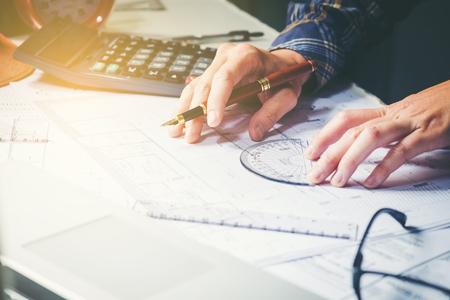 건축가 또는 엔지니어 청사진에 사무실에서 작업합니다. 건축가 직장, 청사진, 눈금자, 헬멧 및 분배기. 건설 개념입니다. 공학 도구