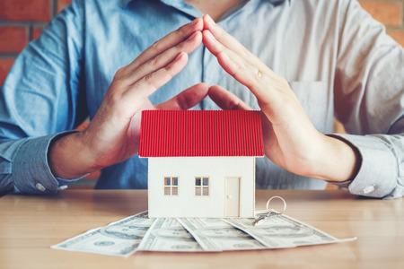 주택 소유 및 달러 지폐의 개념 스톡 콘텐츠