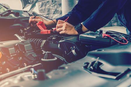 자동 자동차 정비사는 자동차 배터리 전압을 확인