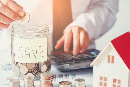 Man using calculator Économiser de l'argent pour le coût de la maison Banque d'images - 85176857