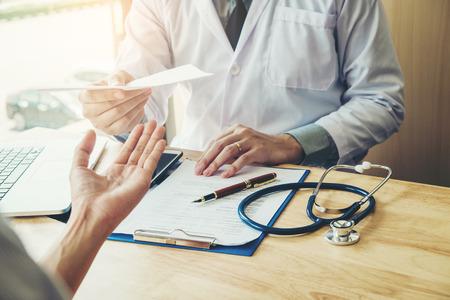 의사 또는 의사 진단을 작성 하 고 여성 환자에 의료 처방전을주는