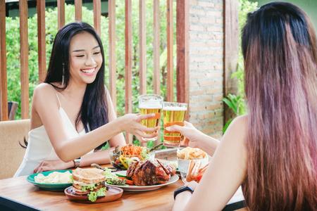 Resultado de imagen para mujeres tomando cerveza y comiendo churrascos