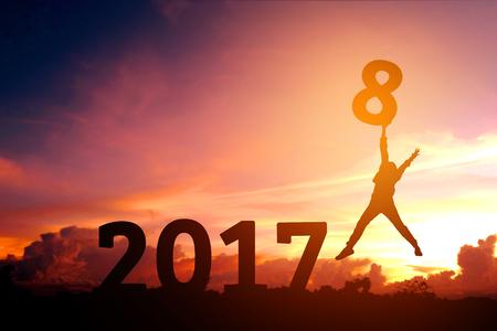 2018 년 새해 점프 실루엣 젊은 남자