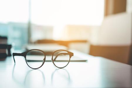 Augengläser auf dem Studientisch-Bildungskonzept