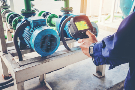Techniker-Thermografie zur Wartung eines Wassermotor-Kühlturms in der Fabrik Standard-Bild