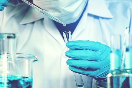Wissenschaftler mit Geräten, die Werkzeuge während des wissenschaftlichen experimentellen wissenschaftlichen Konzepts halten