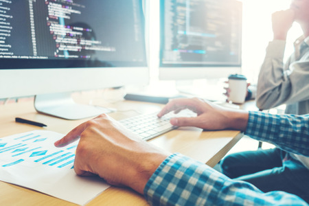 Sviluppo del programmatore Sviluppo del team Progettazione di siti Web e tecnologie di codifica che lavorano nell'ufficio della società di software Archivio Fotografico