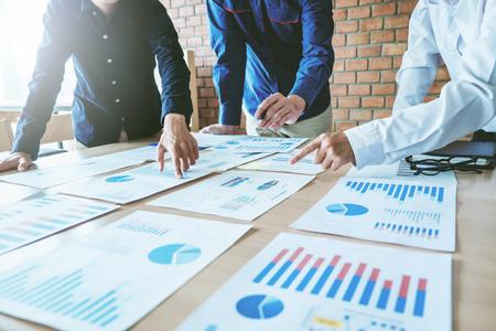Groep zakelijke teamvergaderingen werken en brainstormen over nieuw zakelijk project Stockfoto