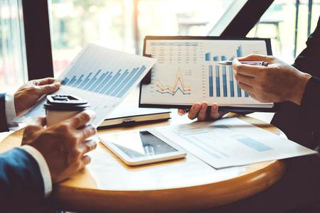 비즈니스 컨설팅 회의 작업 및 새로운 비즈니스 프로젝트 금융 투자 개념을 브레인스토밍합니다. 스톡 콘텐츠