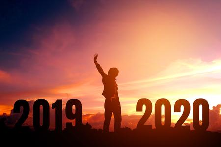 Silhouette giovane felice per il nuovo anno 2020