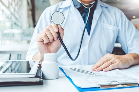병원에서 청진 기 혈압 남자 환자 건강 관리를 들고 의사