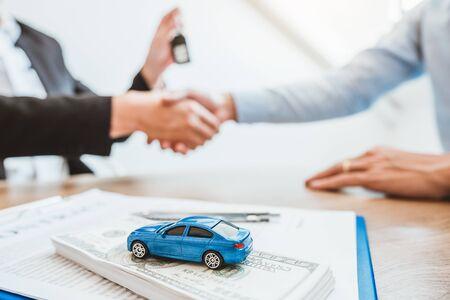 Handshake-Deal des Verkaufsagenten, um einen erfolgreichen Autokreditvertrag mit dem Kunden zu vereinbaren und den Vertragsvertrag zu unterzeichnen Versicherungswagenkonzept. Standard-Bild