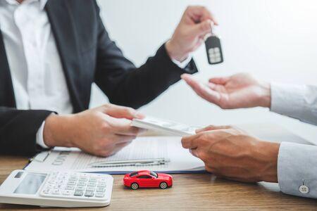 Agente de venta dando la llave del coche al cliente y firmar contrato de acuerdo, concepto de coche de seguro.