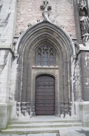 belgie: Left entrance of the western facade of the Church of Saint Peter and Saint Paul (Sint-Petrus-en-Pauluskerk, circa 1905). Ostend, Belgium