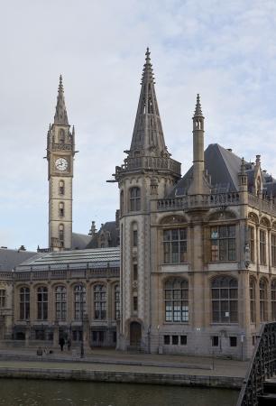 oficina antigua: Antiguo edificio de la antigua oficina de correos (Oude Postkantoor, alrededor del año 1910) con la torre del reloj. Gante, Bélgica