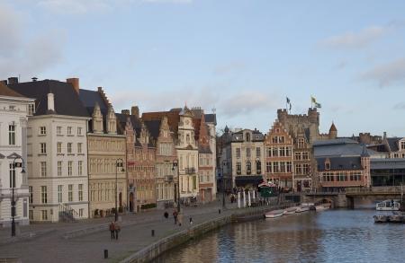 belgie: Medieval houses on the Korenlei street near Leie river. Ghent, East Flanders, Belgium Editorial