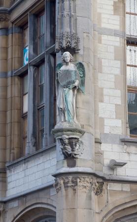 oficina antigua: Escultura de un �ngel en el edificio del antiguo edificio de correos (Oude Postkantoor, alrededor del a�o 1910). Gante, B�lgica