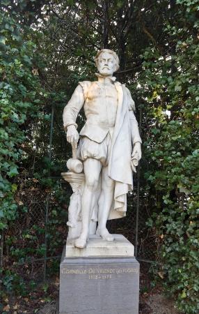 belgie: Statue (circa XIX c.) of Cornelis Floris de Vriendt (1514 – 1575), a Flemish Renaissance architect and sculptor. Petit Sablon  park, Brussels, Belgium