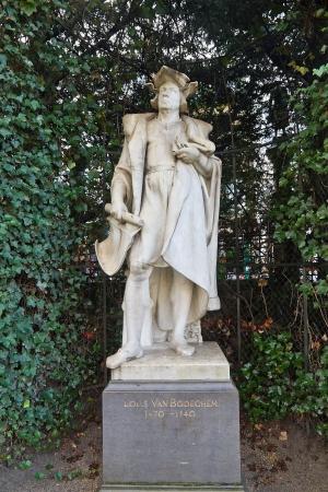 belgie: Statue (circa XIX c.) of Lodewijk van Bodeghem (1470 - 1540), a grand architect of the duke of Brabant. Petit Sablon  park, Brussels, Belgium